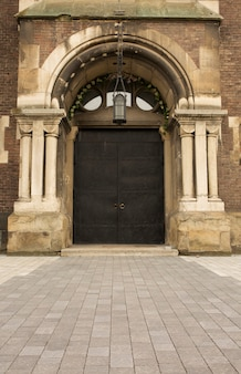 Porta de ferro forjado com colunas na entrada da catedral
