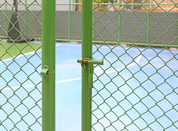 Porta de grade verde de metal aberto