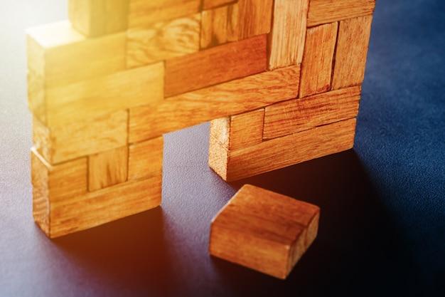 Porta de incandescência na construção de blocos de madeira diferentes.