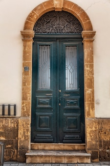 Porta de madeira azul bonita velha na casa. vista frontal.