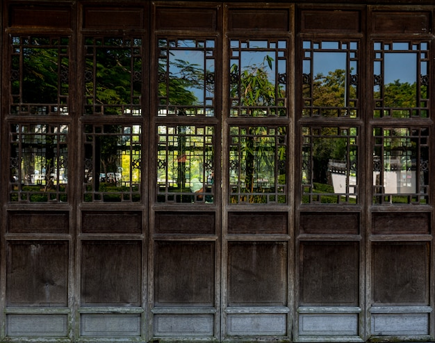 Porta de madeira com estilo tradicional chinês