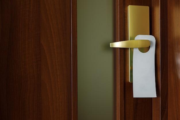 Porta de madeira com sinal de cabide de porta com espaço para texto.