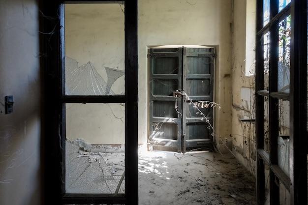 Porta de madeira dentro de uma fábrica abandonada