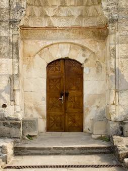 Porta de madeira entalhada da mesquita tártara
