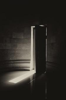 Porta de madeira entreaberta de uma igreja cristã