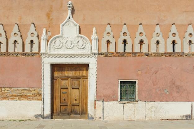 Porta de madeira grande na parede da cidade velha, elementos históricos da cidade.