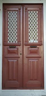 Porta de madeira marrom