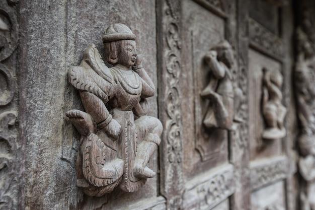 Porta de madeira, monastério de shwenandaw ou palácio dourado em mandalay, myanmar