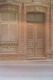Porta de madeira no prédio antigo