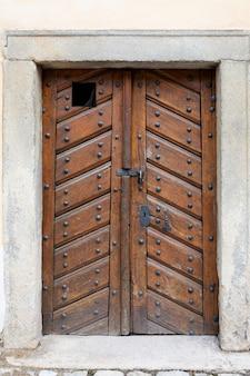 Porta de madeira retrô com fechadura e buraco de fechadura