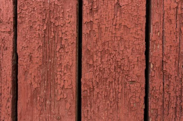 Porta de madeira velha com casca e pintura rachada.