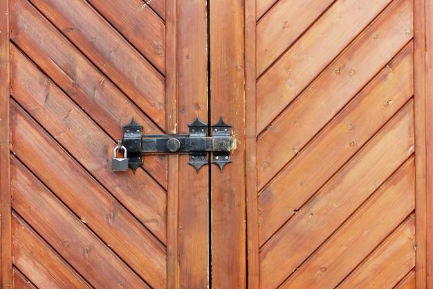 Porta de madeira velha com fechadura