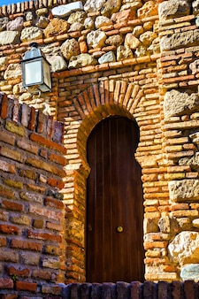 Porta de madeira velha em alcazaba, málaga, espanha
