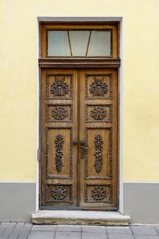 Porta de madeira velha na fachada da casa pitoresca.