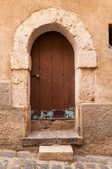 Porta de madeira velha na piazza armerina