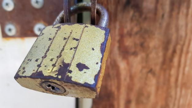 Porta de metal com fechadura, textura e fundo. textura de fundo de um cadeado de ferro em um portão de metal enferrujado.