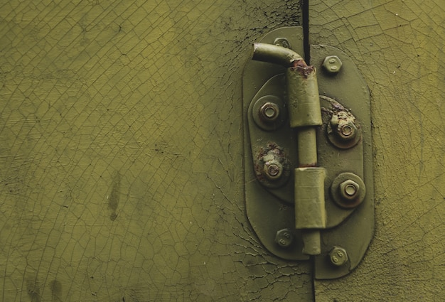 Porta de metal com ferrolho no estilo desarrumado com cópia-espaço