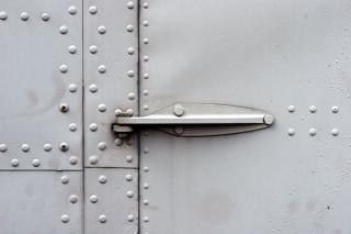 Porta de metal da dobradiça