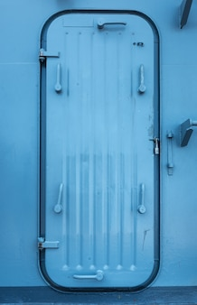 Porta de metal do navio de batalha. uma porta de metal dura que tem a capacidade de ser trancada