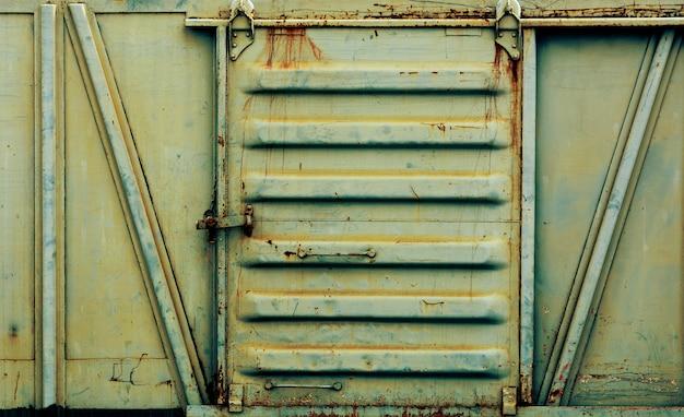 Porta de metal do velho e enferrujado trem bogie