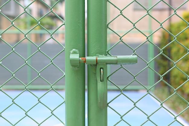 Porta de metal verde fechada
