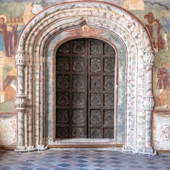 Porta de metal vintage, portas antigas antigas dentro das portas do século médio do templo