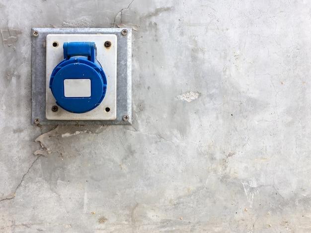 Porta de saída principal com a tampa de plástico.