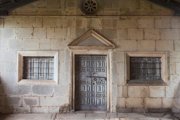 Porta de uma igreja em labin