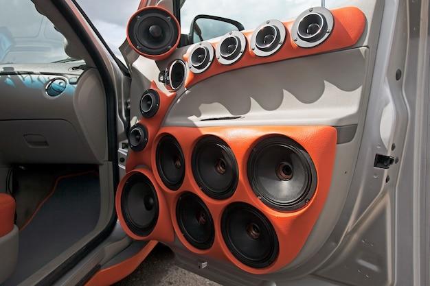 Porta do carro com um grande número de alto-falantes