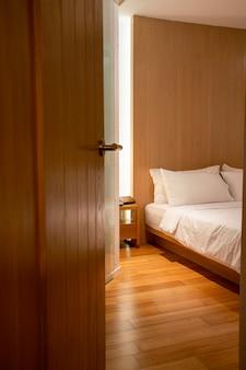 Porta do quarto aberta no hotel
