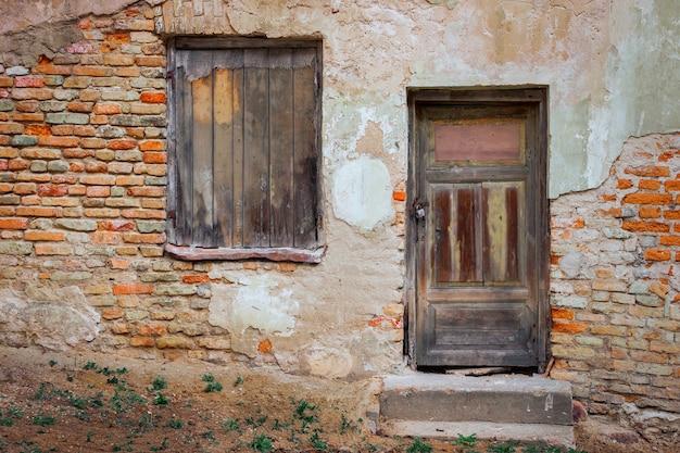 Porta e janela de uma casa velha