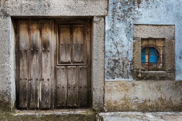 Porta e janela na antiga vila de la alberca. salamanca. espanha.