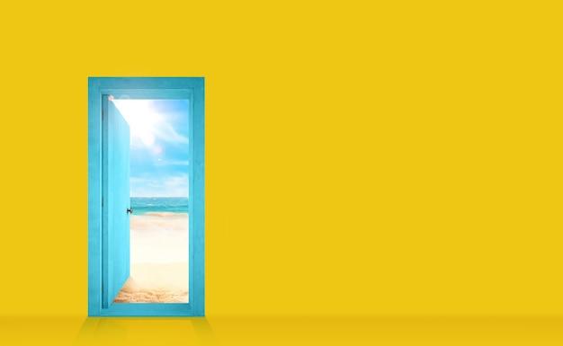 Porta em uma parede amarela que se abre para a praia
