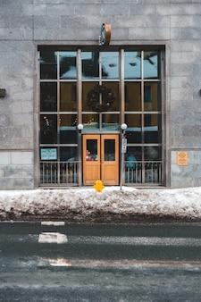 Porta fechada do edifício
