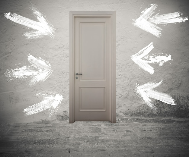 Porta fechada marcada por setas brancas na parede