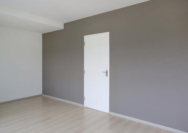 Porta fechada no quarto da casa nova