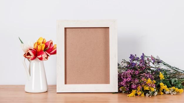 Porta foto em branco e flores