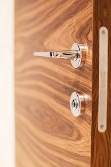 Porta interior de madeira com maçaneta fechada