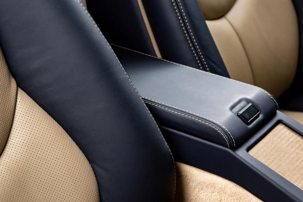Porta-luvas de um carro com couro preto