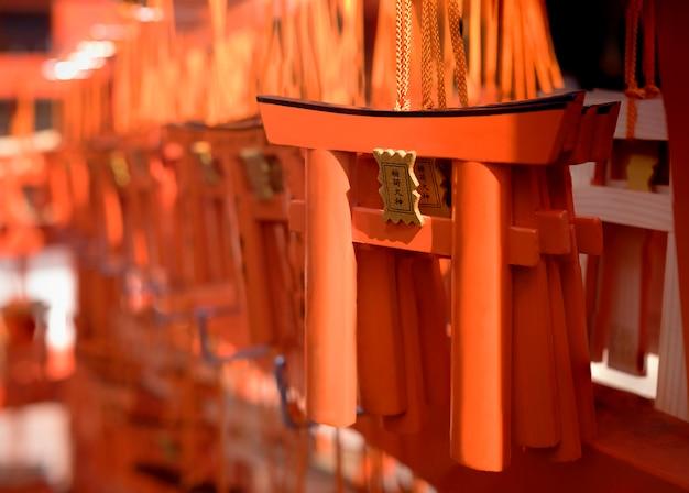 Porta mini torii em kyoto, japão. fraseio japonês significa fushimi