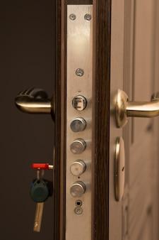 Porta moderna de metal e madeira com fechadura. foto de close