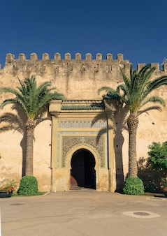 Porta na parede do palácio real, meknes, marrocos, áfrica