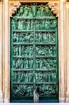 Porta ornamentada da catedral de milão