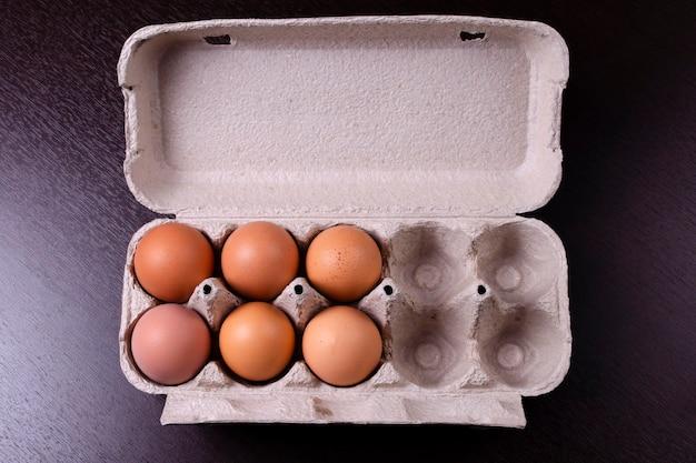 Porta-ovos de papelão com seis ovos vermelhos e quatro células vazias
