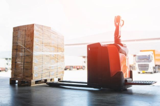 Porta-paletes de empilhadeira elétrica com caixas de embalagem na cadeia de suprimentos de caixas de transporte de carga para paletes