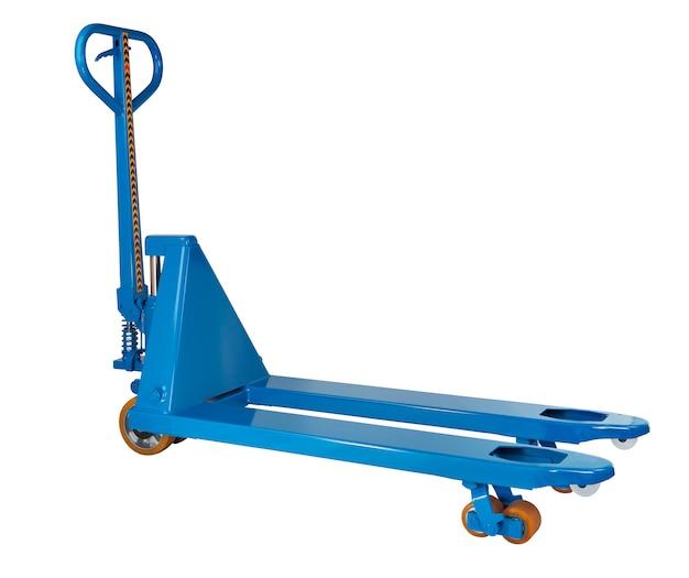 Porta-paletes manual azul, industrial, equipamento de armazém, isolado em um fundo branco, seleção de caminho salva.