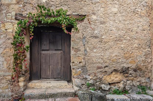 Porta pequena velha na vila histórica de pedraza.