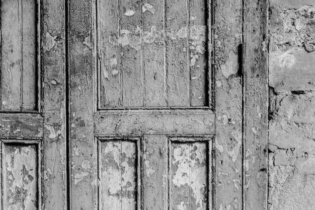 Porta resistida em um prédio antigo
