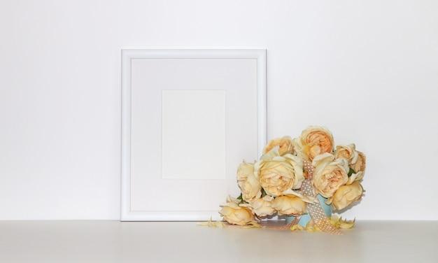 Porta-retrato com um buquê de rosas amarelas