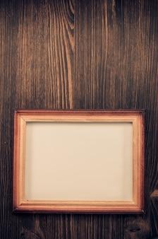 Porta-retrato de foto em fundo de madeira